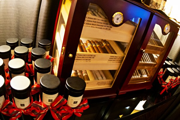 Discover Colonial Heritage with a Cocktail at The Smoke House, Majestic Hotel KL - Cigars